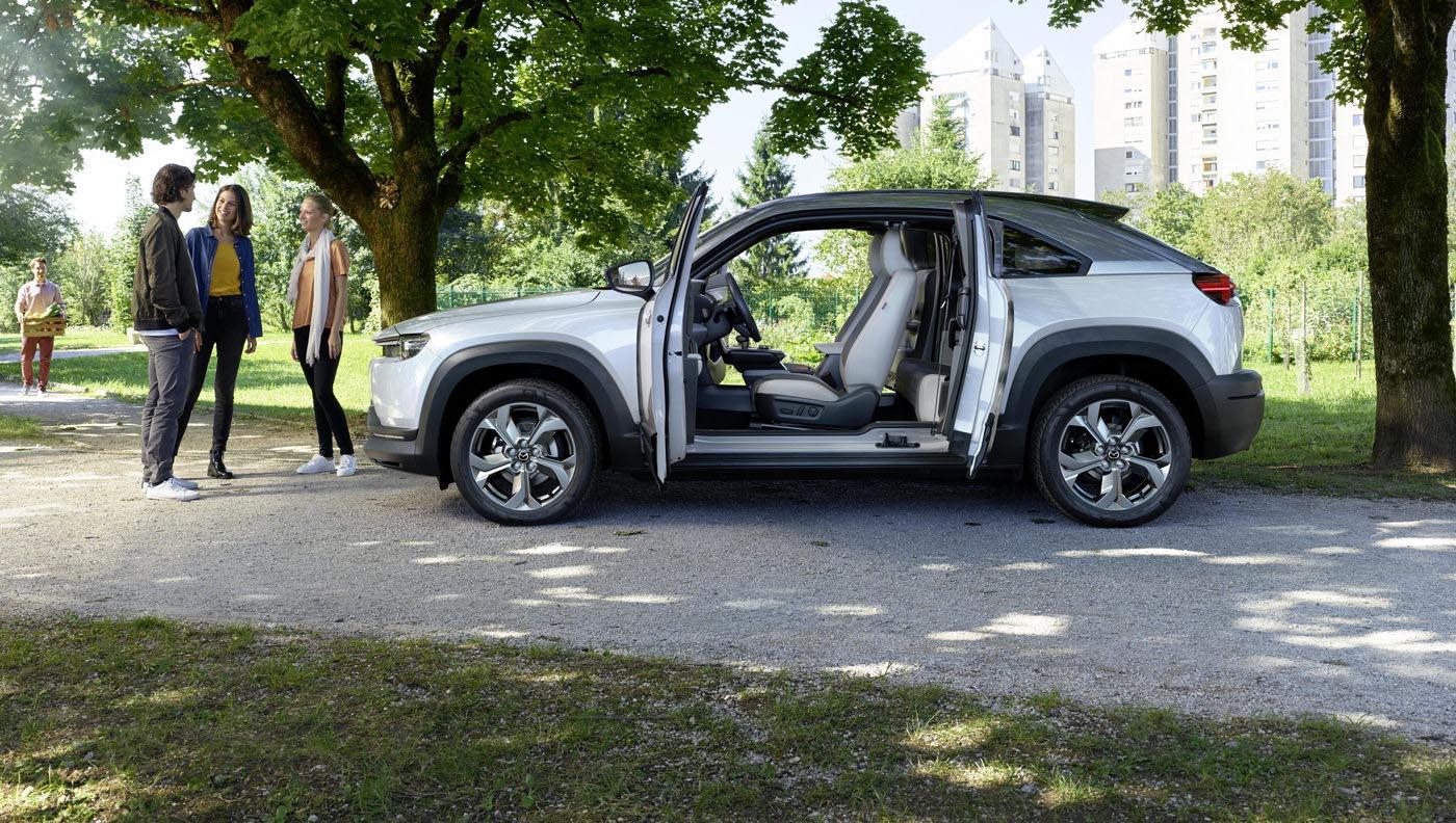 A Mazda MX-30, az elektromos Mazda töltése.