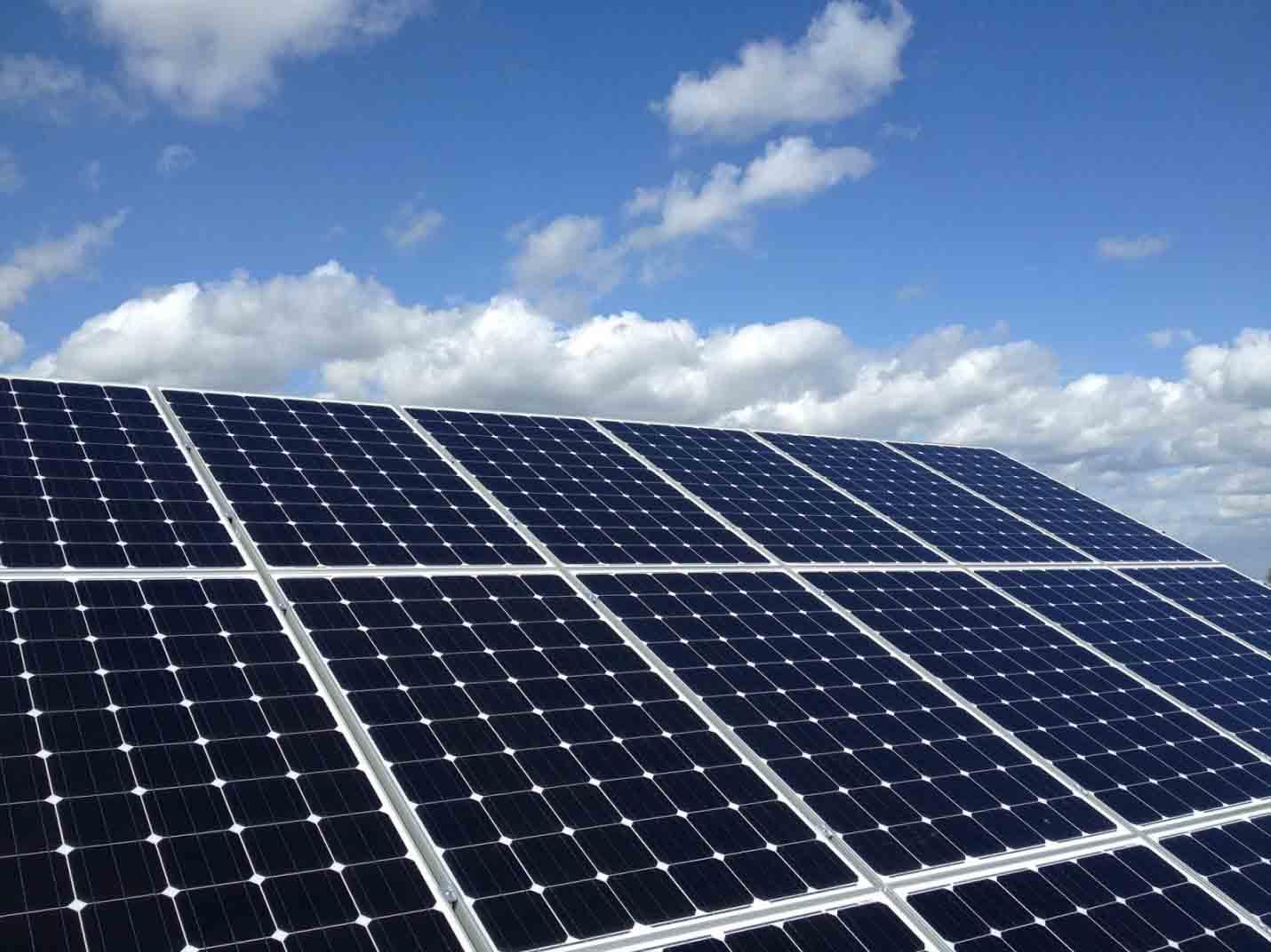 napelem a tetőn telepítve