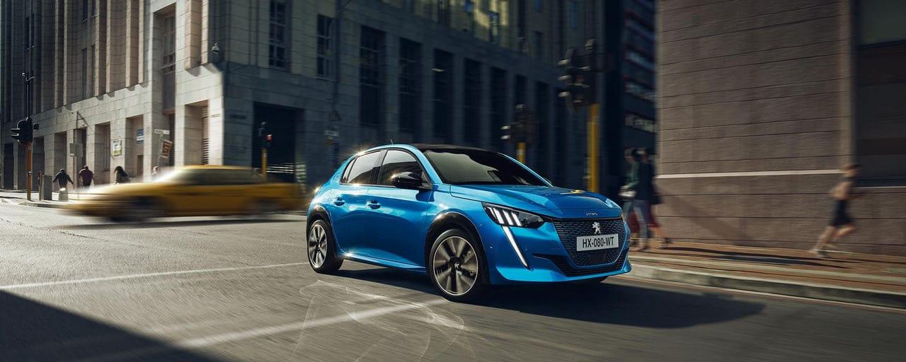 Peugeot e-208 , kék színű elektromos Peugeot, közterületen