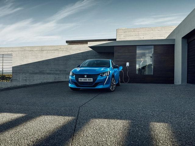 Peugeot e-208 töltés, kék színű elektromos Peugeot, otthoni elektromos autó töltés