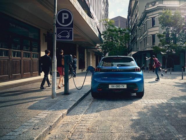 Peugeot e-208 utcai töltés, kék színű elektromos Peugeot, töltőkábel